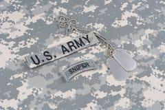 Linguetta del tiratore franco dell'ESERCITO AMERICANO con la medaglietta per cani sull'uniforme del cammuffamento Fotografia Stock Libera da Diritti