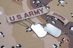Linguetta del tiratore franco dell'ESERCITO AMERICANO con le medagliette per cani in bianco sull'uniforme del cammuffamento Fotografia Stock