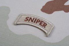 Linguetta del tiratore franco dell'ESERCITO AMERICANO sull'uniforme del cammuffamento Fotografia Stock