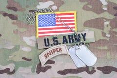 Linguetta del tiratore franco dell'ESERCITO AMERICANO, toppa della bandiera, con la medaglietta per cani sull'uniforme del cammuf Fotografie Stock
