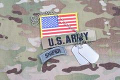 Linguetta del tiratore franco dell'ESERCITO AMERICANO, toppa della bandiera, con la medaglietta per cani sull'uniforme del cammuf Fotografie Stock Libere da Diritti
