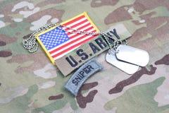 Linguetta del tiratore franco dell'ESERCITO AMERICANO, toppa della bandiera, con la medaglietta per cani sull'uniforme del cammuf Immagine Stock Libera da Diritti