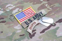 Linguetta del tiratore franco dell'ESERCITO AMERICANO, toppa della bandiera, con la medaglietta per cani sull'uniforme del cammuf Fotografia Stock