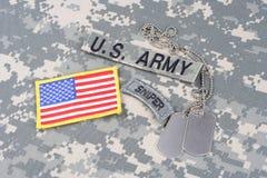 Linguetta del tiratore franco dell'ESERCITO AMERICANO, toppa della bandiera, con la medaglietta per cani sull'uniforme del cammuf Fotografia Stock Libera da Diritti
