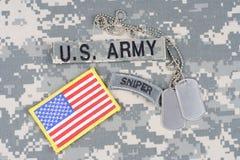 Linguetta del tiratore franco dell'ESERCITO AMERICANO, toppa della bandiera, con la medaglietta per cani sull'uniforme del cammuf Immagini Stock
