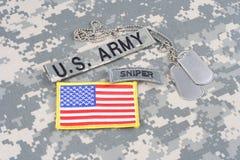 Linguetta del tiratore franco dell'ESERCITO AMERICANO, toppa della bandiera, con le medagliette per cani sull'uniforme del cammuf Fotografie Stock