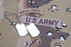 Linguetta delle forze speciali dell'ESERCITO AMERICANO con le medagliette per cani in bianco sull'uniforme del cammuffamento Immagini Stock Libere da Diritti