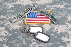 Linguetta delle forze speciali dell'ESERCITO AMERICANO con le medagliette per cani in bianco sull'uniforme del cammuffamento Fotografie Stock Libere da Diritti