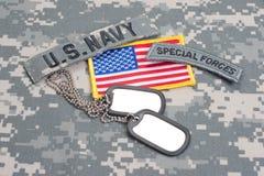 Linguetta delle forze speciali dell'ESERCITO AMERICANO con le medagliette per cani in bianco sull'uniforme del cammuffamento Immagine Stock