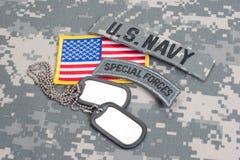 Linguetta delle forze speciali dell'ESERCITO AMERICANO con le medagliette per cani in bianco sull'uniforme del cammuffamento Fotografia Stock Libera da Diritti