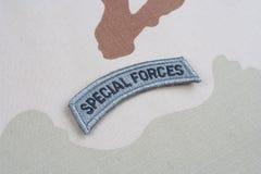 Linguetta delle forze speciali dell'ESERCITO AMERICANO sull'uniforme del cammuffamento Immagini Stock Libere da Diritti