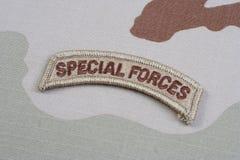 Linguetta delle forze speciali dell'ESERCITO AMERICANO sull'uniforme del cammuffamento Fotografie Stock