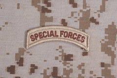 Linguetta delle forze speciali dell'ESERCITO AMERICANO sull'uniforme del cammuffamento Fotografia Stock Libera da Diritti