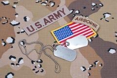 Linguetta dispersa nell'aria dell'ESERCITO AMERICANO con le medagliette per cani in bianco sull'uniforme del cammuffamento Immagini Stock
