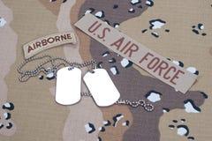 Linguetta dispersa nell'aria dell'ESERCITO AMERICANO con le medagliette per cani in bianco sull'uniforme del cammuffamento Fotografia Stock