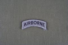 Linguetta dispersa nell'aria dell'ESERCITO AMERICANO sull'uniforme di verde verde oliva Fotografia Stock