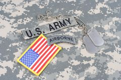 Linguetta dispersa nell'aria dell'ESERCITO AMERICANO, toppa della bandiera, con la medaglietta per cani sull'uniforme del cammuff Fotografie Stock Libere da Diritti