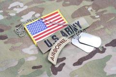 Linguetta dispersa nell'aria dell'ESERCITO AMERICANO, toppa della bandiera, con la medaglietta per cani sull'uniforme del cammuff Immagine Stock