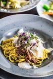 Linguine ζυμαρικών με το τυρί και το χορτάρι παρμεζάνας στηθών παπιών confit στοκ φωτογραφίες