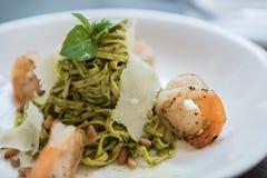 Linguine σε κοντόχοντρο Pesto & ψημένες στη σχάρα γαρίδες στα ψημένα καρύδια πεύκων Στοκ φωτογραφίες με δικαίωμα ελεύθερης χρήσης
