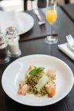 Linguine σε κοντόχοντρο Pesto & ψημένες στη σχάρα γαρίδες στα ψημένα καρύδια πεύκων Στοκ Εικόνες
