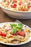 Linguine с цыпленком, базиликом и томатами Стоковое Изображение