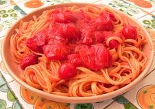 Linguine avec la vue de partie latérale de tomates-cerises Image libre de droits