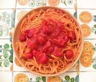 Linguine con los tomates de cereza desde arriba Imágenes de archivo libres de regalías