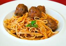 Linguine da massa com meatballs e molho de tomate Imagens de Stock
