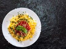 Linguinedeegwaren met verse tomatensaus, geraspt kaas en basilicum Royalty-vrije Stock Afbeelding