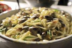 Linguini en tweekleppige schelpdieren met groenten Royalty-vrije Stock Foto's