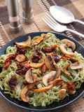 Linguini pasta med pesto och champinjoner Arkivbilder