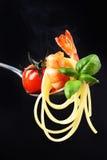 Linguini słuzyć z piec na grillu czereśniowym pomidorem, garnelą i basilem, obrazy stock