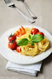 Linguini słuzyć z piec na grillu czereśniowymi pomidorami garnelami i Zdjęcia Stock