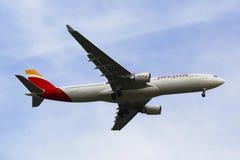 Linha aérea Airbus A330 de Ibéria no céu de New York antes de aterrar no aeroporto de JFK Imagens de Stock
