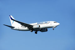 Linha aérea Blue Air de Airbus nos céus Fotografia de Stock Royalty Free