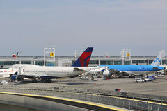 Linha aérea Boeing 747 do delta e KLM Boeing 777 nas portas no terminal 4 em John F Kennedy International Airport em New York Fotos de Stock Royalty Free