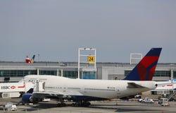Linha aérea Boeing 747 do delta na porta no terminal 4 em John F Kennedy International Airport em New York Imagens de Stock Royalty Free