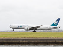 A linha aérea grande de Boeing 777-219 ER Nova Zelândia está aterrando Fotos de Stock Royalty Free