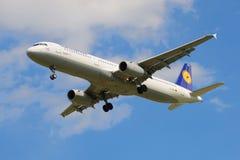 Linha aérea Lufthansa dos aviões de Airbus A321-131 (D-AIRO) antes de aterrar no aeroporto Pulkovo Fotos de Stock Royalty Free