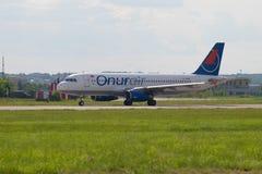Linha aérea Onur Air de Airbus A320-200 TC-OBM do turco na pista de decolagem do aeródromo de Ramenskoye Fotografia de Stock Royalty Free