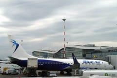 A linha aérea romena Blue Air do baixo custo jorra conectado a um cubo e a um reabastecimento fotografia de stock