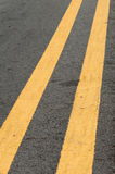 Linha amarela dobro do tráfego Imagem de Stock