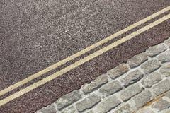 Linha amarela dobro na rua Imagens de Stock