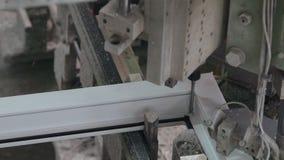 Linha automática máquina para colar junto seções do PVC das janelas video estoque