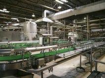 Linha automatizada de engarrafamento dentro de uma cervejaria imagem de stock