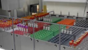 Linha automatizada equipamento do transporte de laboratório diagnóstico clínico do dispositivo robótico médico video estoque