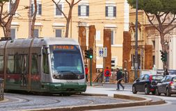 Linha 8 bonde que move-se em Roma Imagens de Stock
