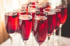 Linha bonita da fileira de cocktail coloridos diferentes do álcool com m foto de stock royalty free