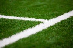 Linha branca em um futebol, grama do artificil do campo de futebol imagem de stock